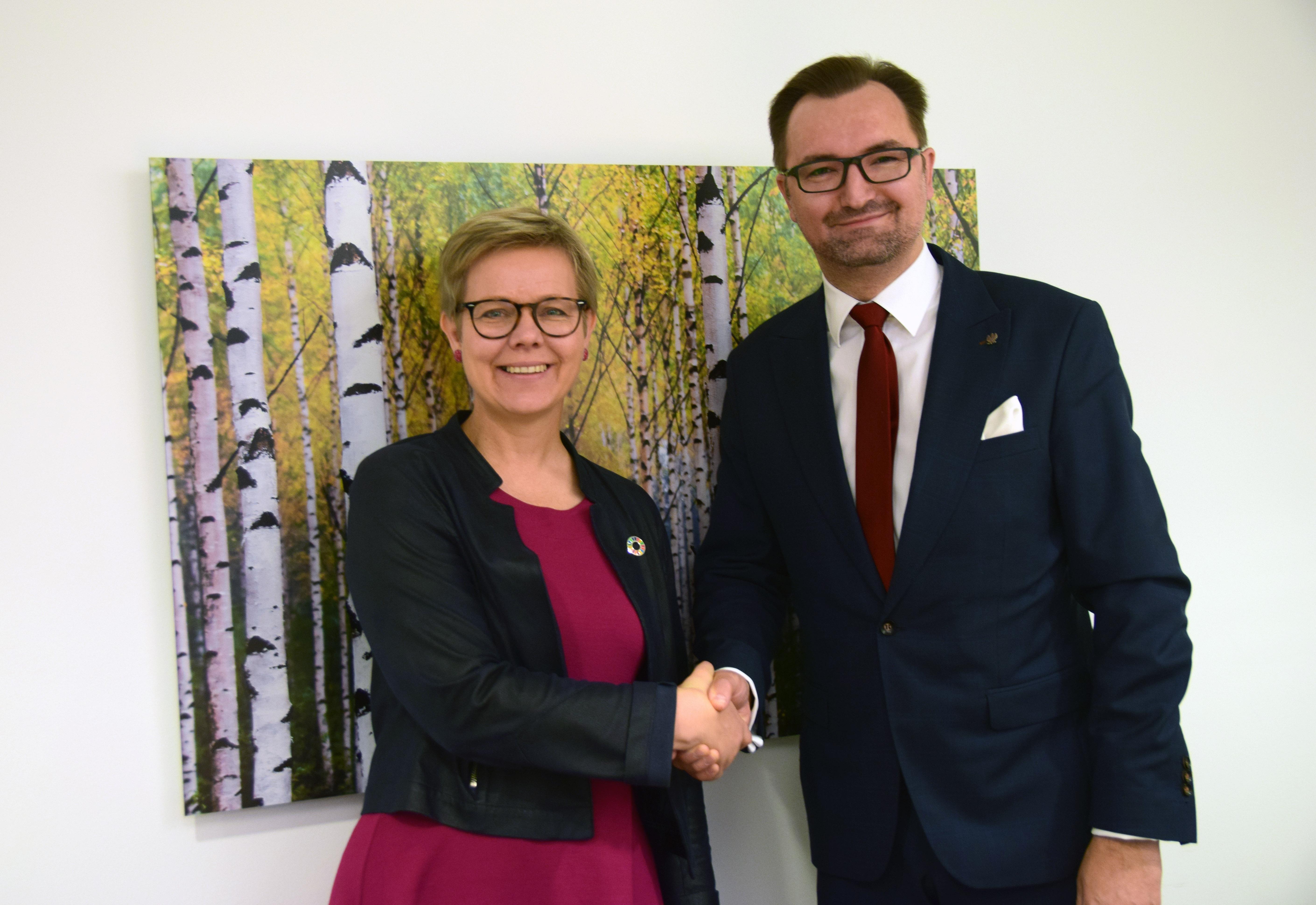 Minister Środowiska Finalndii Krista Mikkonen i wiceminister środowiska Sławomir Mazurek