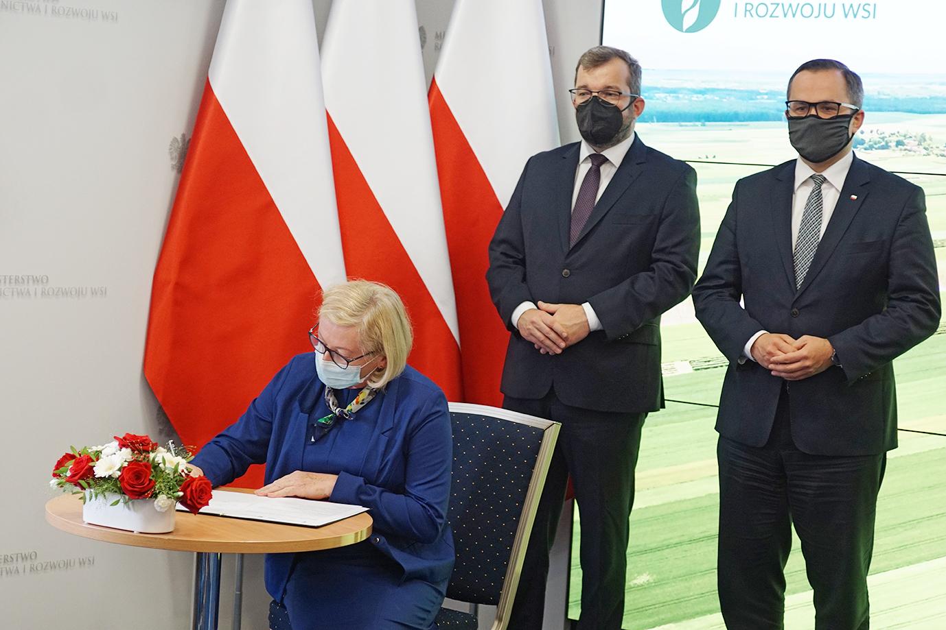 Dyrektor Generalna KOWR Małgorzata Gośniowska-Kola podczas składania podpisu (fot. MRiRW)