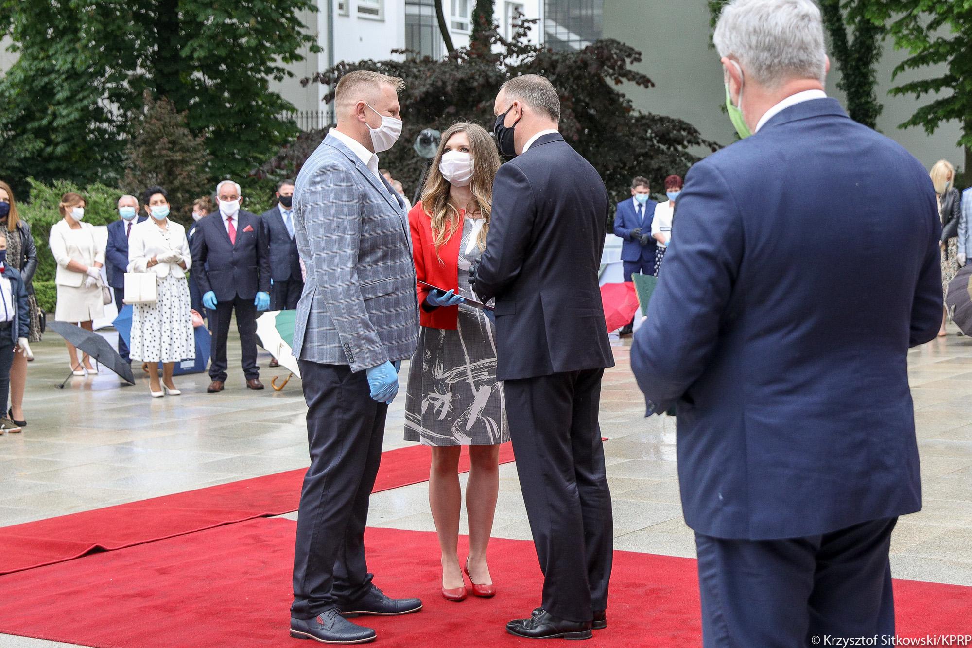 Prezydent RP A. Duda oraz minister J. K. Ardanowski podczas wręczania nagród