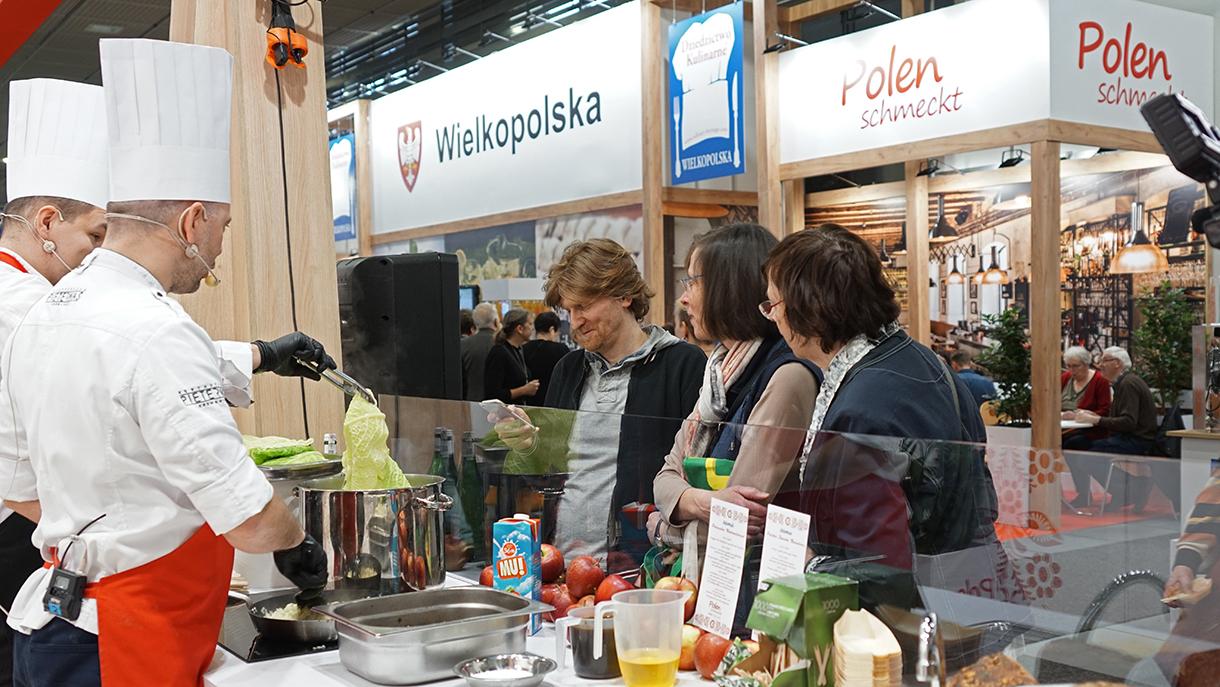 Pokazy kulinarne na polskim stoisku podczas berlińskich targów