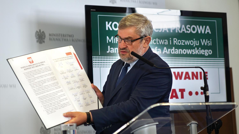 Minister prezentuję podpisaną przez premiera wszystkich ministrów Deklarację na Rzecz Rozwoju Wsi i Rolnictwa