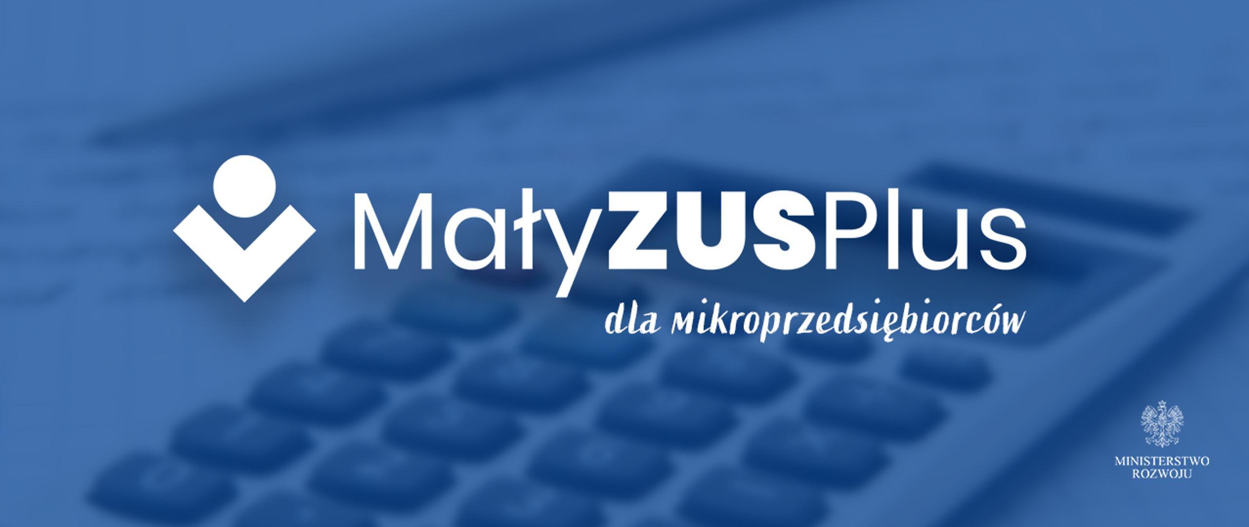 Na niebieskim tle biały napis Mały ZUS Plus dla mikroprzedsiębiorców