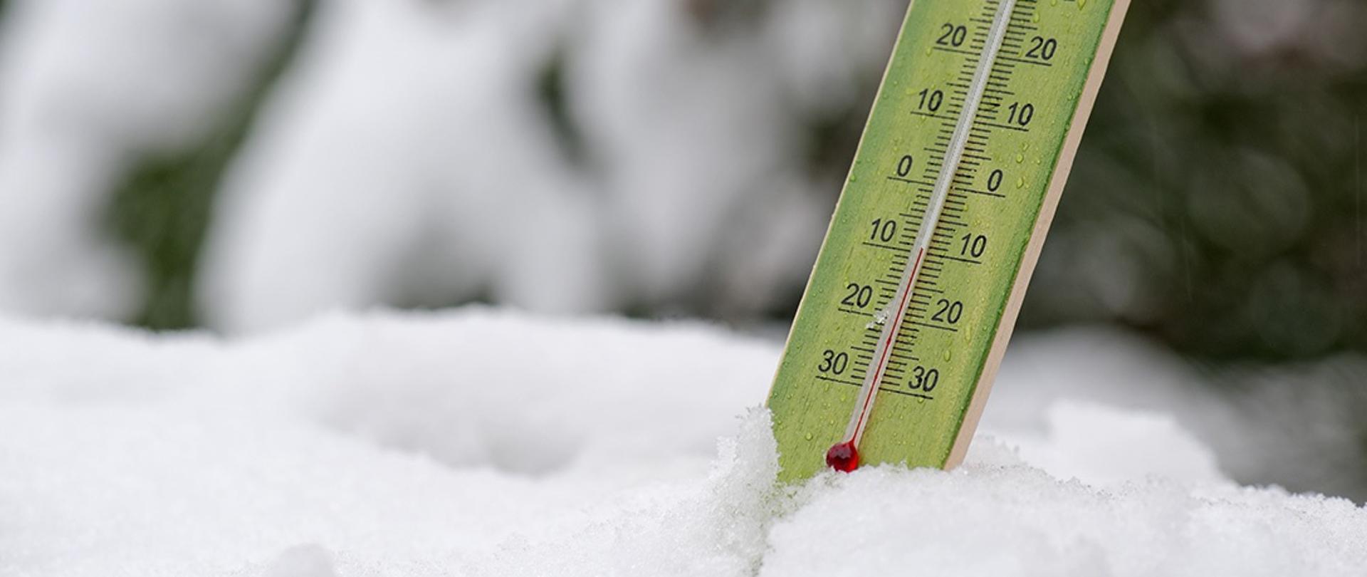 Termometr wskazujący -10'C wbity w śnieg.