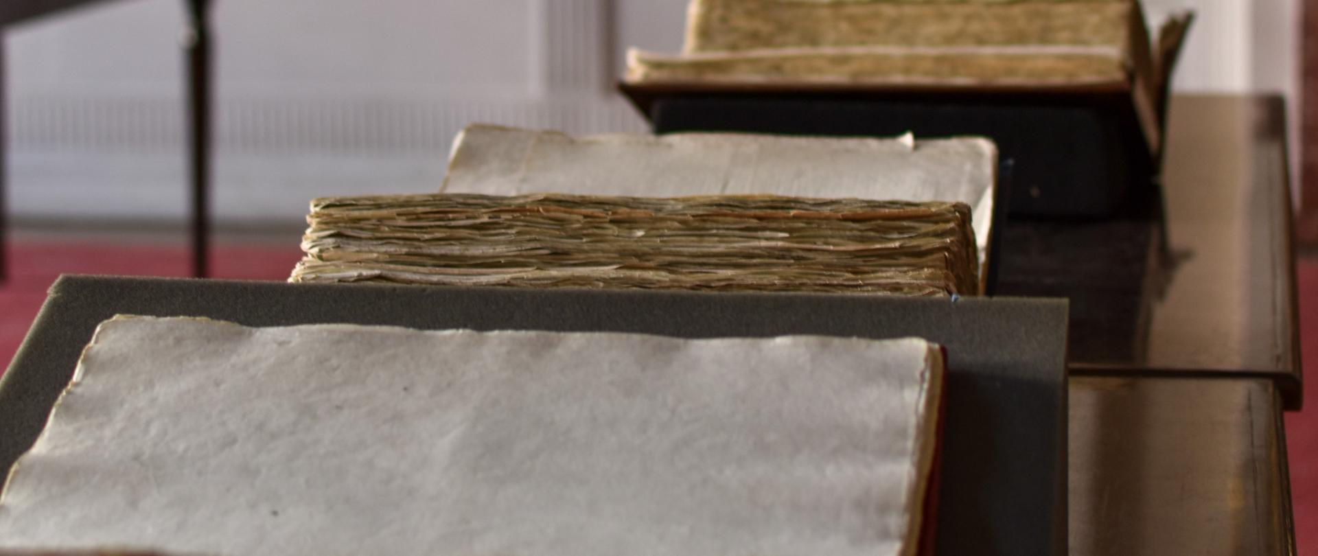 Trzy egzemplarze Konstytucji 3 Maja przechowywane w Archiwach Państwowych: Archiwum Głównym Akt Dawnych.