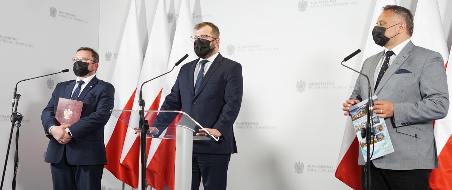 Minister Grzegorz Puda wraz z uczestnikami spotkania
