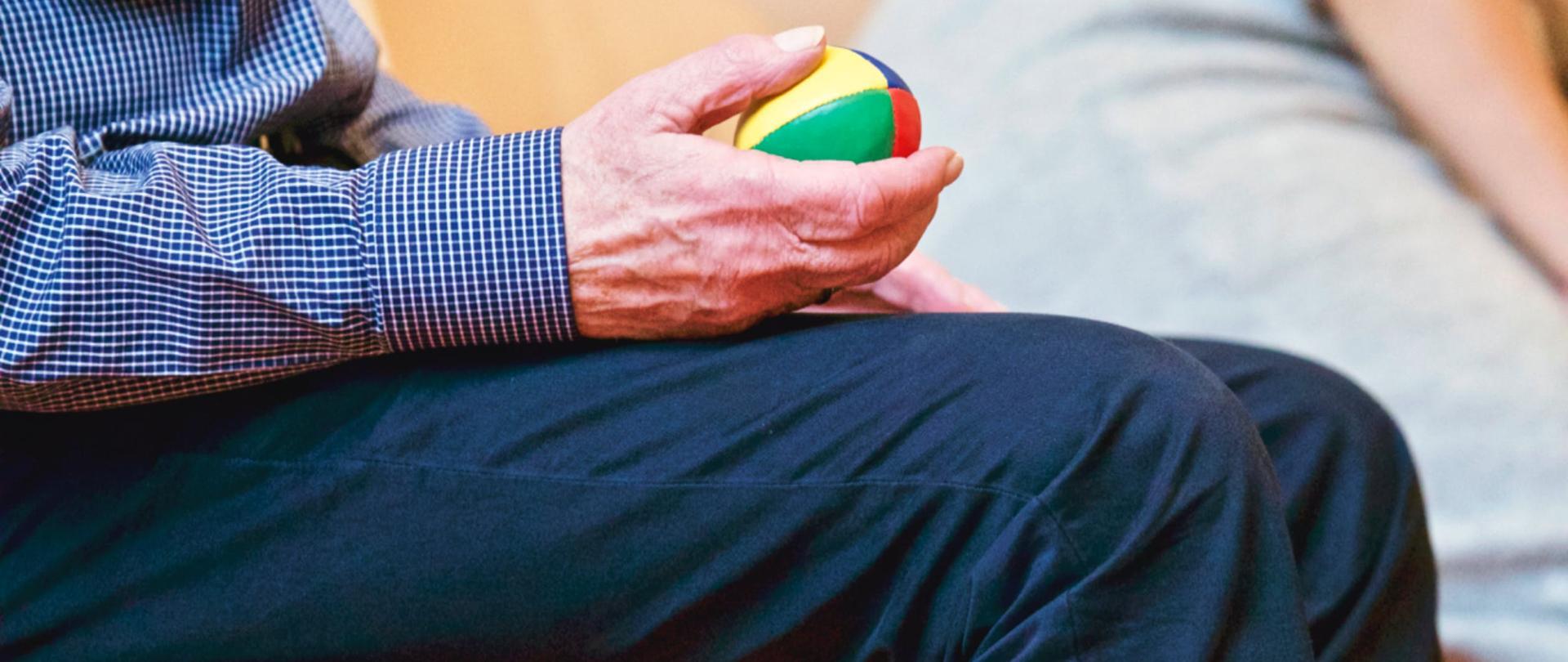 Senior trzymający piłkę
