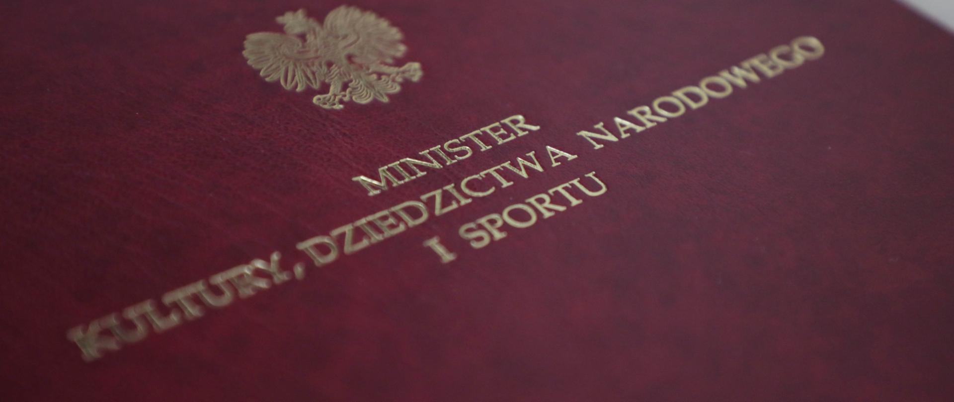 Bordowa teczka z Godłem RP i napisem Minister Kultury, Dziedzictwa Narodowego i Sportu, fot. Jan Jechna