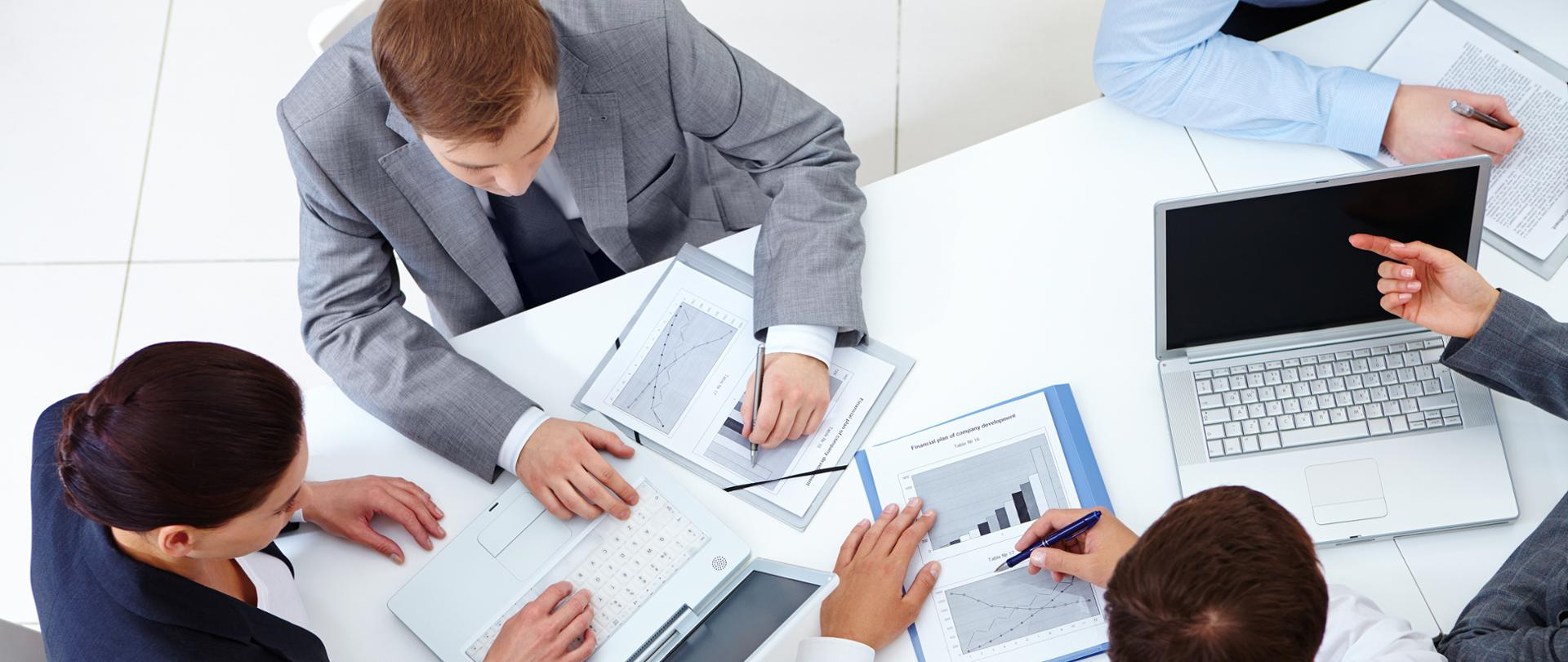Pomoc dla przedsiębiorców z kolejnych 9 branż-spotkanie biznesowe, przy stole siedzi 5 mężczyzn