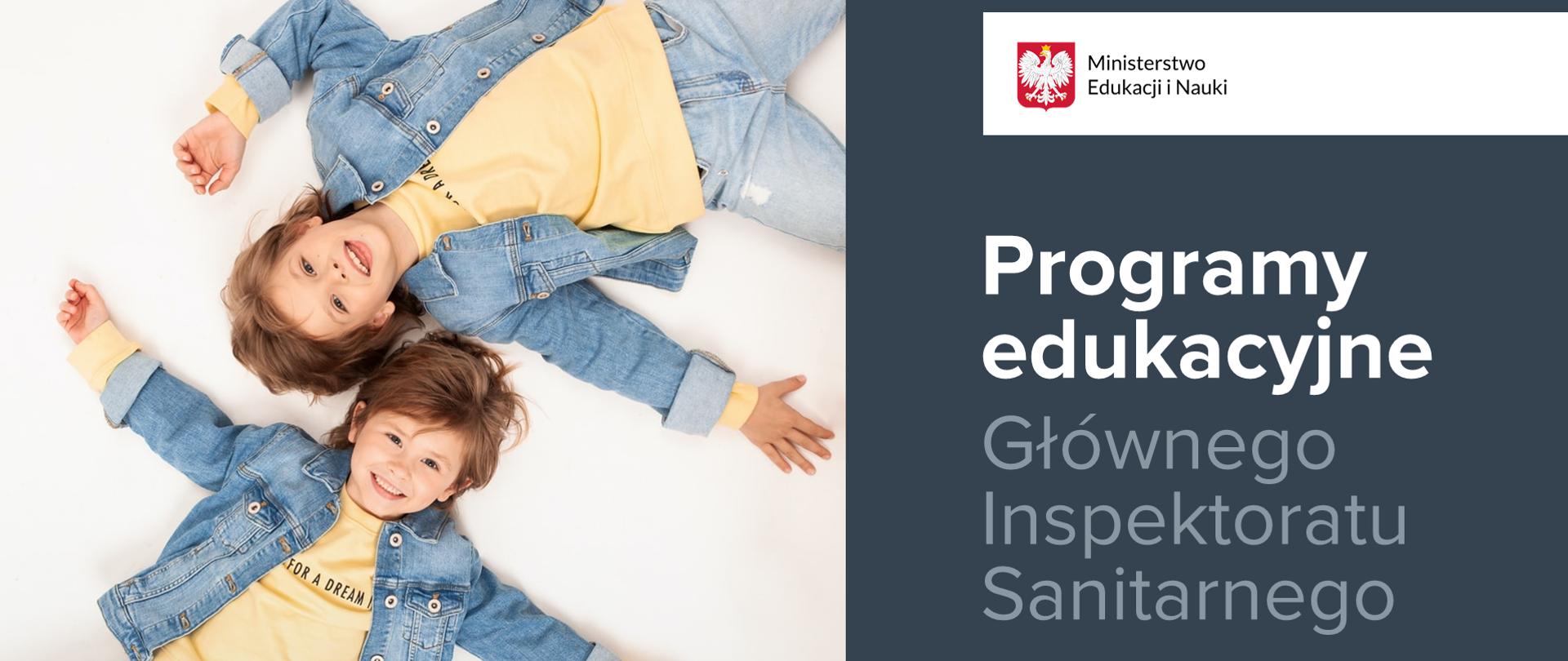 Po prawej stronie leżące dzieci ubrane w dżinsowe kurtki i spodnie oraz żółte koszulki. Dzieci są uśmiechnięte. Po prawej stronie logotyp Ministerstwa Edukacji i Nauki oraz napis Programy edukacyjne Głównego Inspektoratu Sanitarnego.
