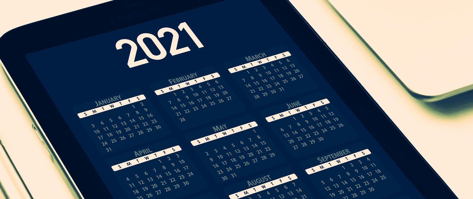 Tablet z wyświetlonym kalendarzem.