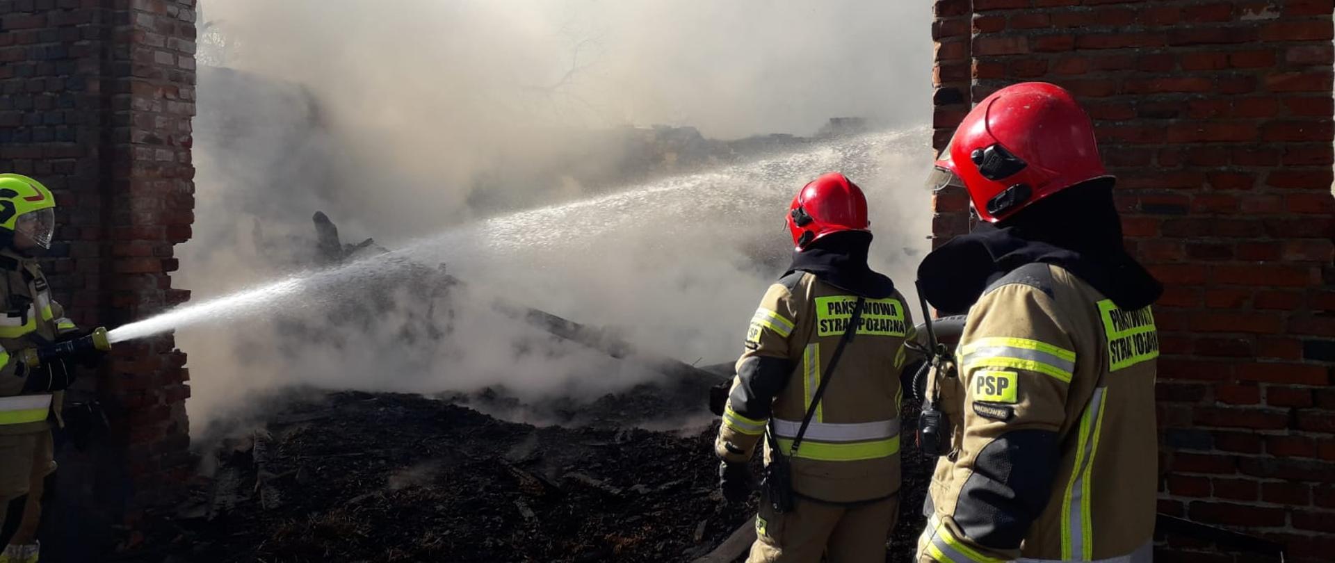 Na zdjęciu widać strażaków podczas akcji gaszenia stodoły