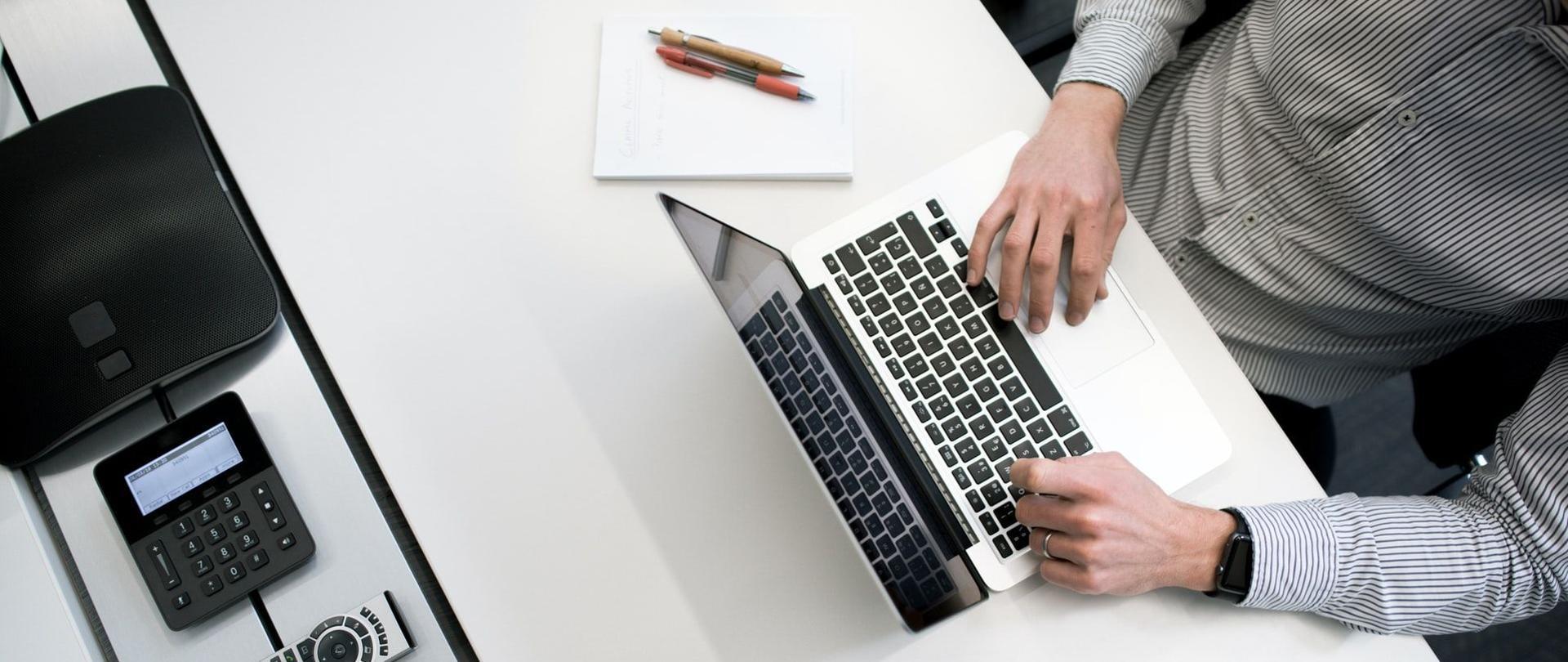 Osoba pracuje na komputerze.