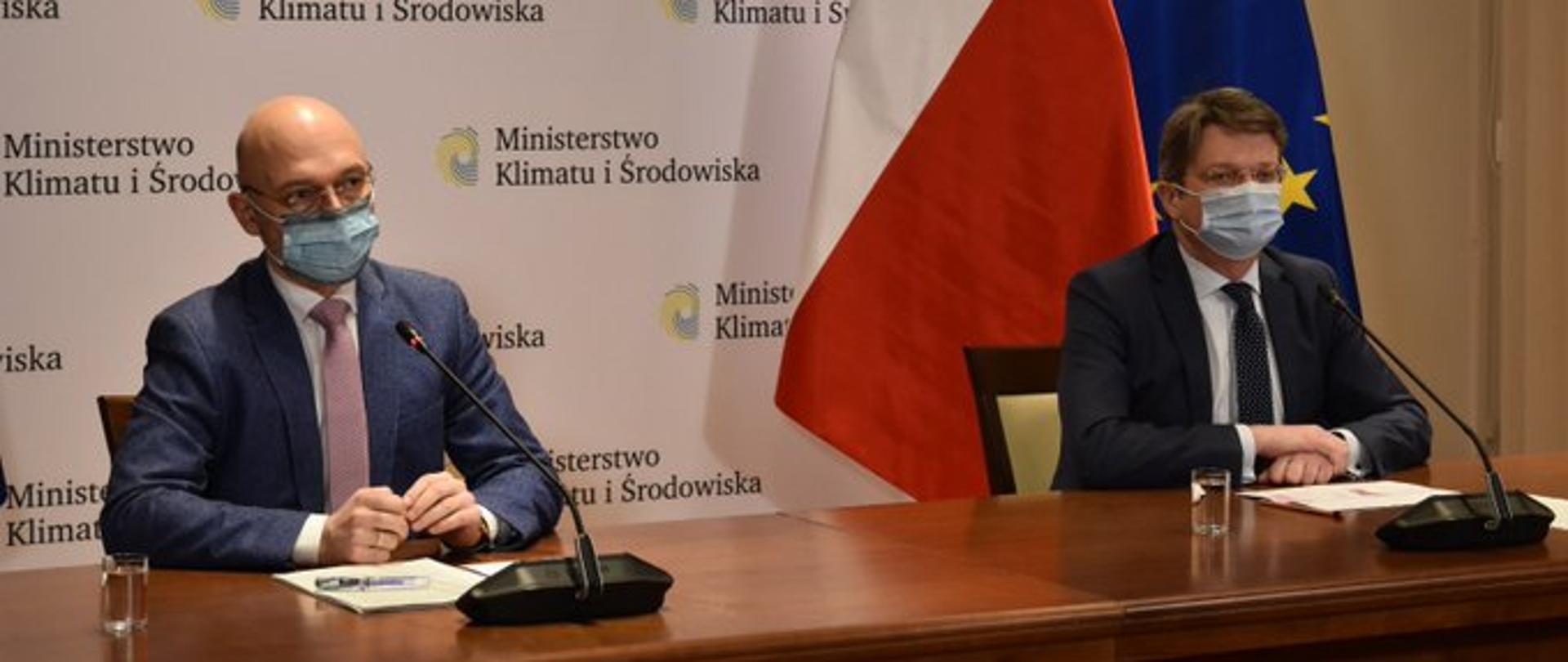 Minister klimatu i środowiska Michał Kurtyka oraz wiceprezes Narodowego Funduszu Ochrony Środowiska i Gospodarki Wodnej Artur Lorkowski