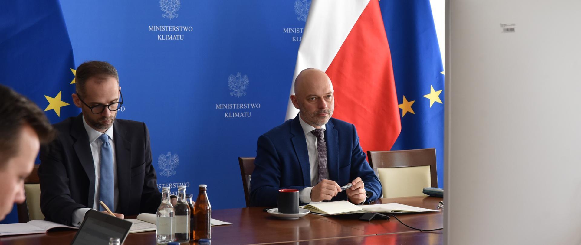 Minister klimatu Michał Kurtyka i wiceminister klimatu Adam Guibourgé-Czetwertyński na spotkaniu ministrów ds. środowiska i klimatu V4+