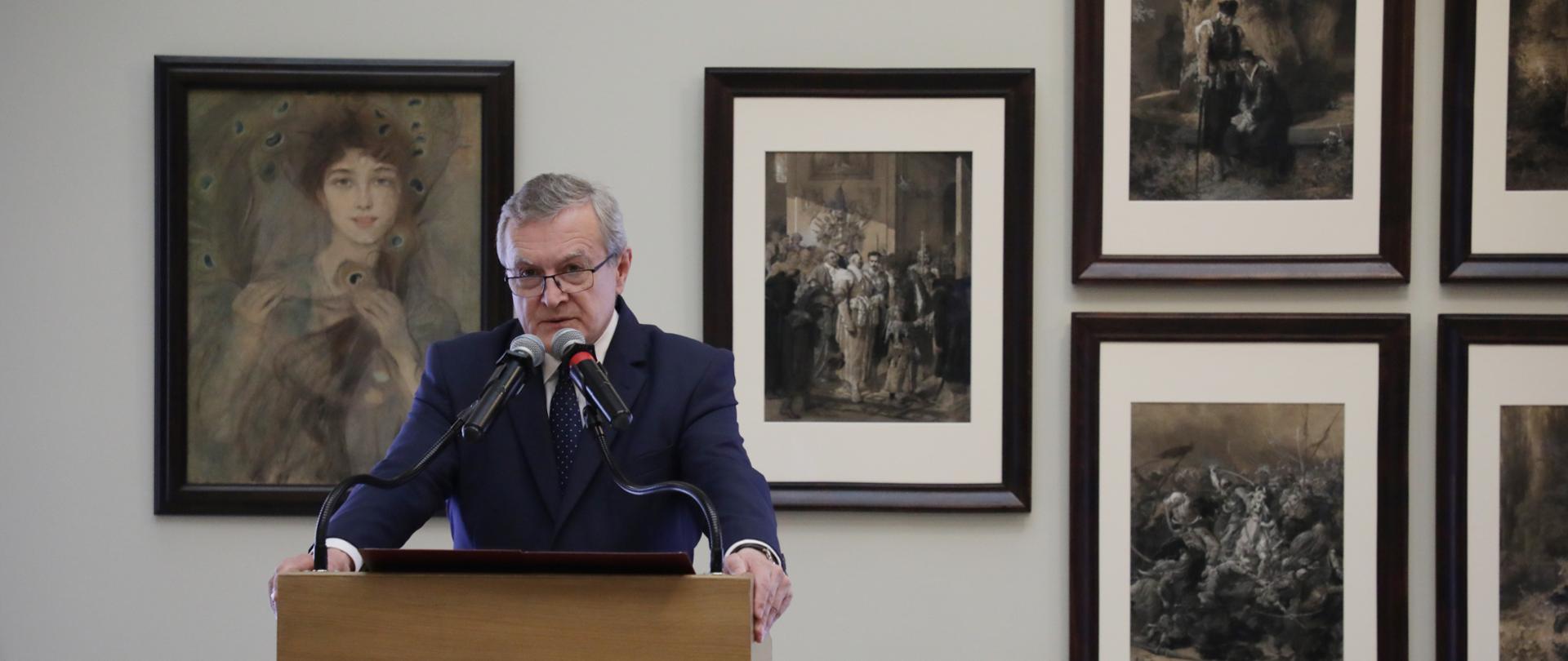"""""""Dama w pawich piórach"""" Axentowicza i rysunki Andriollego wróciły do Muzeum Narodowego w Warszawie, fot. Jan Jechna"""