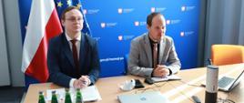 Wicedyrektor Departamentu Doskonalenia Regulacji Gospodarczych Andrzej Guzowski podczas konferencji online na temat Prostej Spółki Akcyjnej, na lewo od dyrektora siedzi pracownik DDR