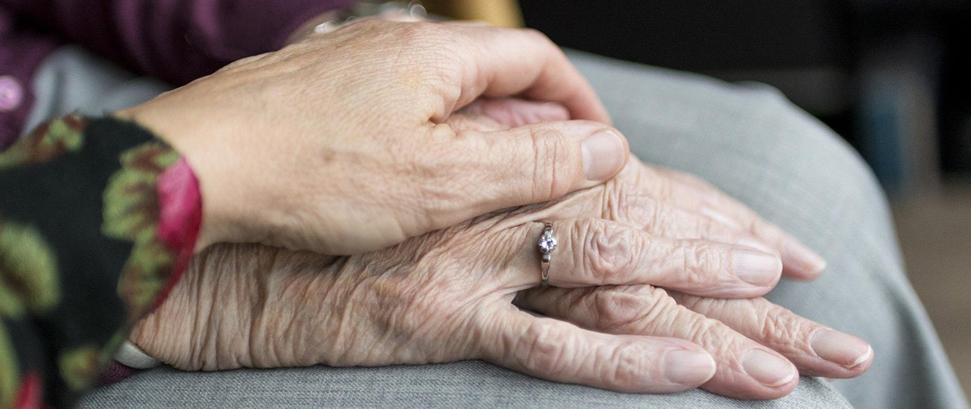 Dłonie seniorów