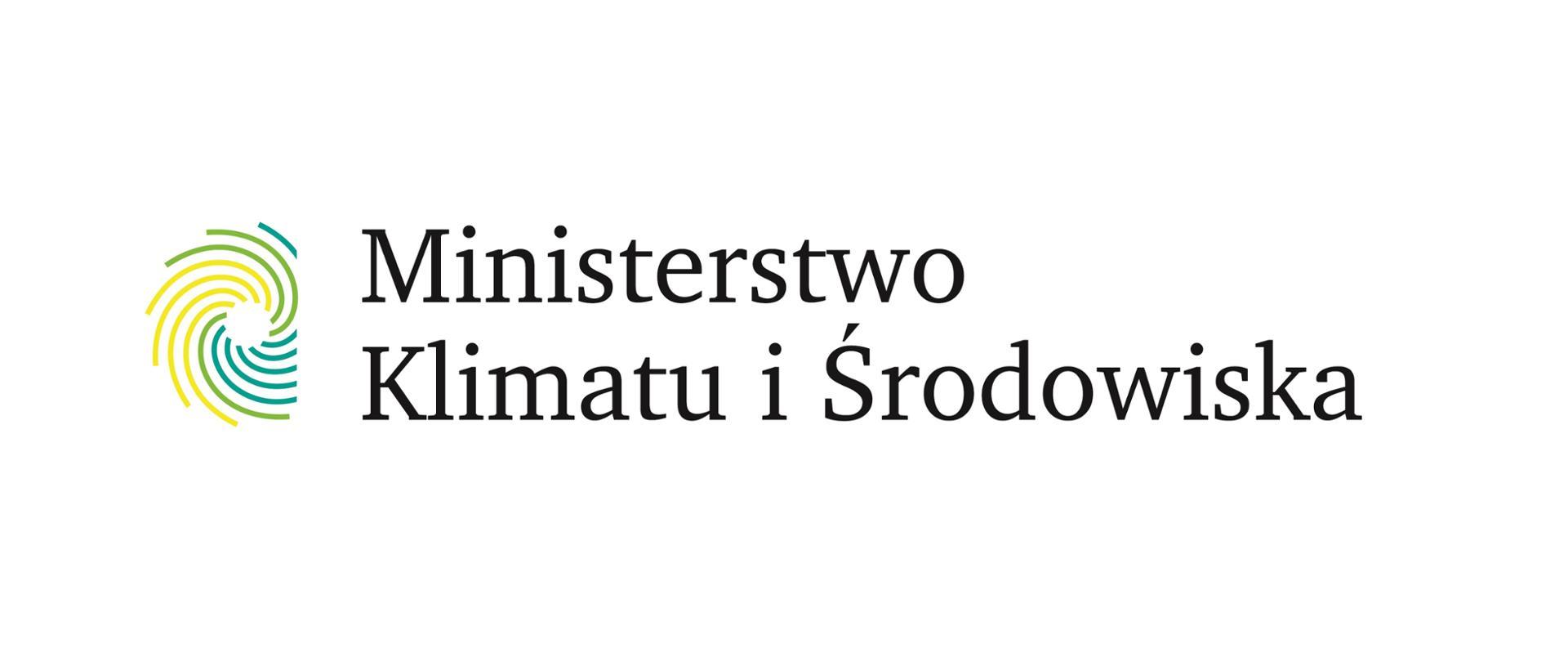 Logo Ministerstwa Klimatu i Środowiska. Białe tło - po lewej żółto-zielone logo rozety. Po prawej napis: Ministerstwo Klimatu i Środowiska.