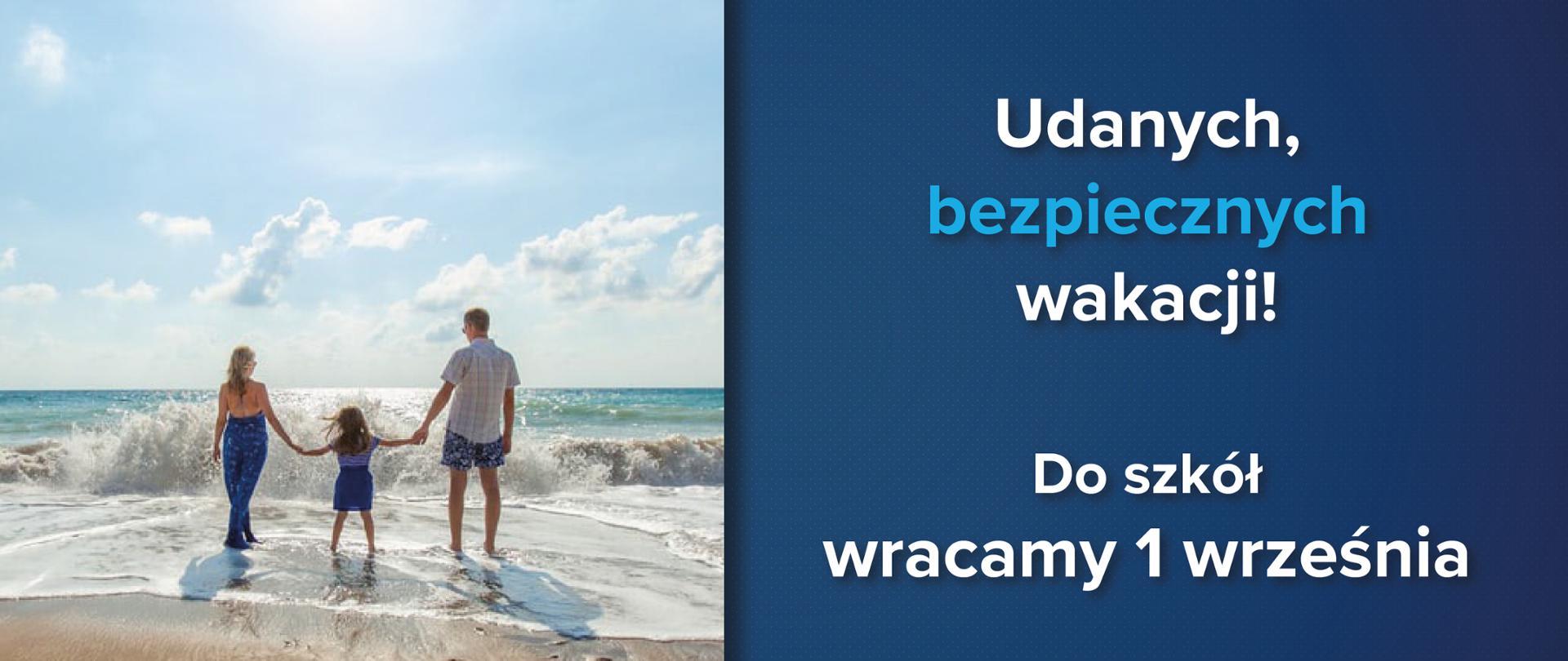 """Rodzina na plaży trzyma się za ręce i patrzy w morze. Po prawo tekst na niebieskim tle: """"Udanych, bezpiecznych wakacji! Do szkół wracamy 1 września"""""""