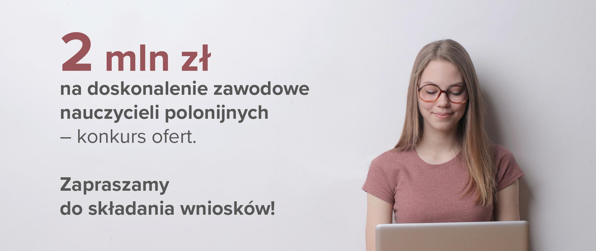 """Kobieta w okularach z laptopem po prawo. Po lewo tekst na jasnoszarym tle: """"2 mln zł na doskonalenie zawodowe nauczycieli polonijnych – konkurs ofert. Zapraszamy do składania wniosków!"""""""