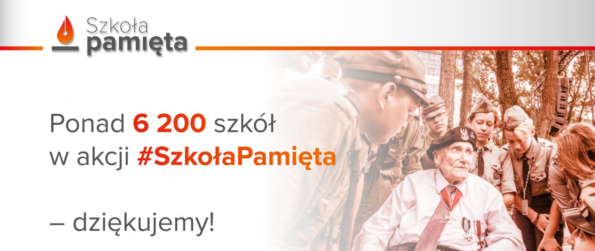 Napis po lewej stronie ponad 6 200 szkół w akcji #Szkoła Pamięta - dziękujemy! Po prawej stronie kombatant w otoczeniu harcerzy.