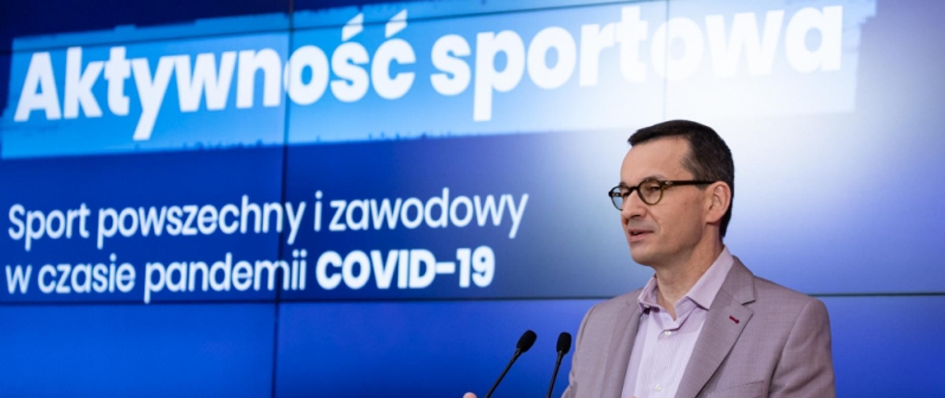Premier Mateusz Morawiecki podczas konferencji dotyczącej spotu powszechnego i zawodowego w czasie pandemii COVID-19.
