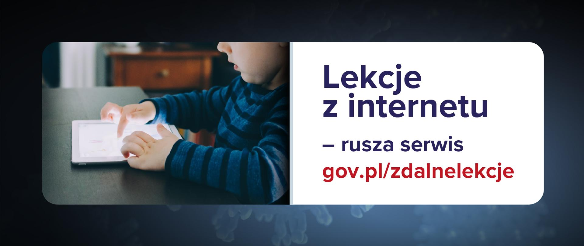 Grafika informująca z tekstem: Lekcje z internetu – rusza serwis gov.pl/zdalnelekcje Ciemnoniebieskie tło, po lewej stronie fotografia dziecka z tabletem, a po prawo tekst na białym tle.