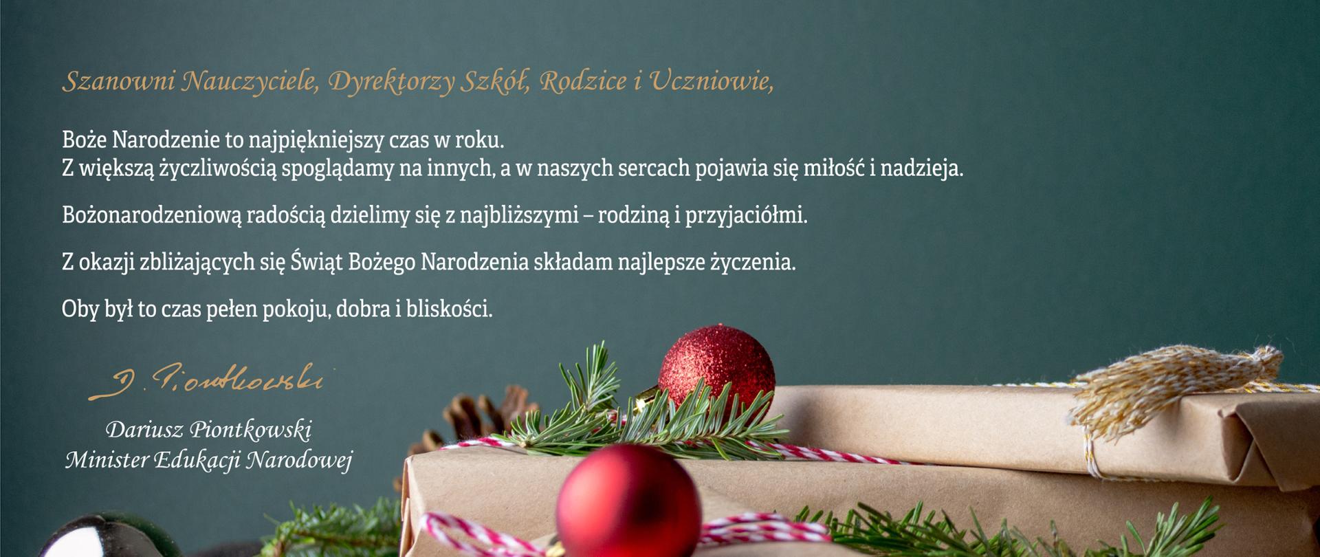 Życzenia Ministra Edukacji Narodowej na Święta Bożego Narodzenia w 2019 r. W tle prezenty, bombki i gałązki na bladozielonym tle.
