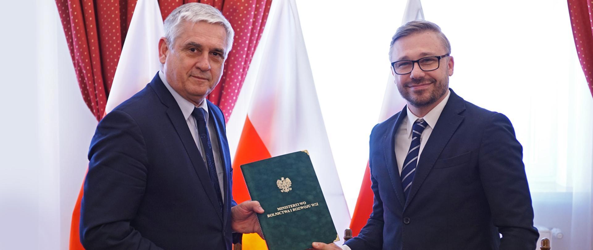 Podsekretarz stanu J. Białkowski wręcza porozumienie przejęcia szkoły