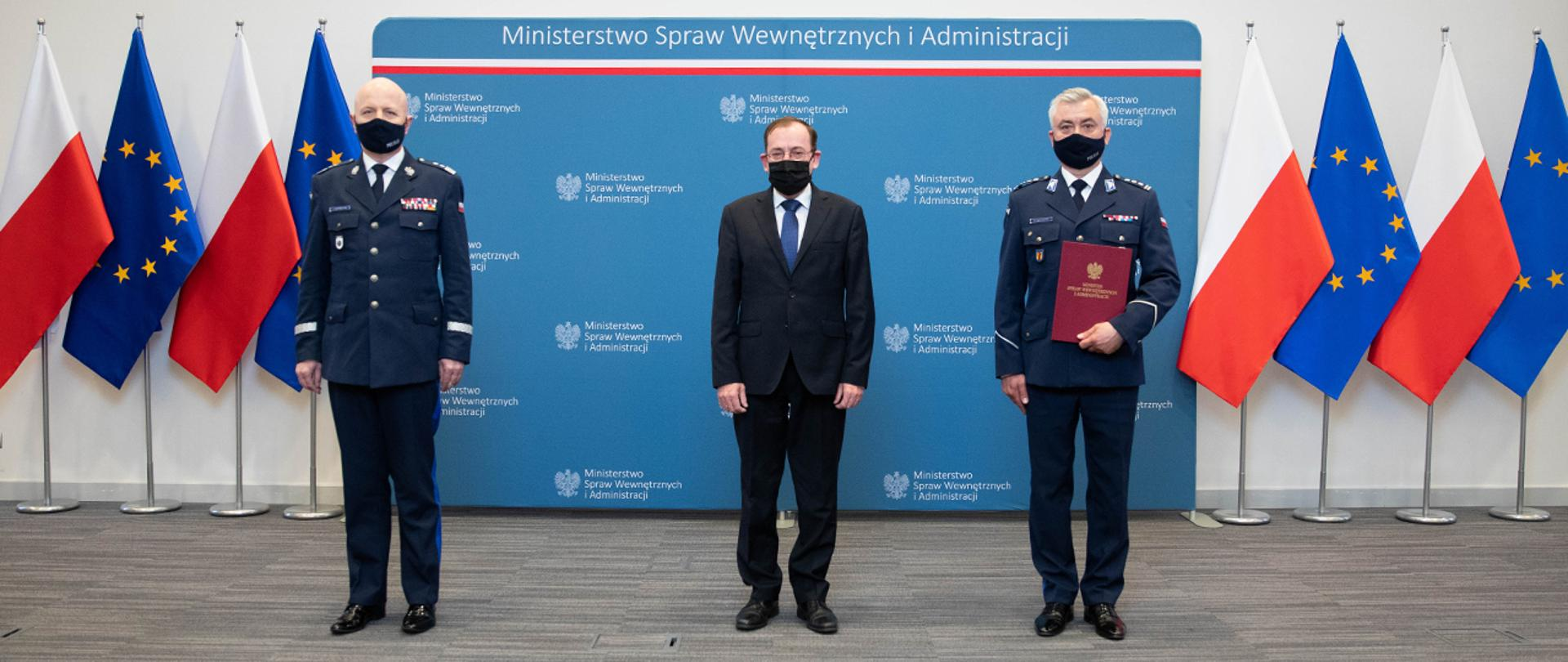 Minister Mariusz Kamiński, komendant główny policji gen. insp. Jarosław Szymczyk oraz nowy komendant wojewódzki Policji w Rzeszowie insp. Dariusz Matusiak.