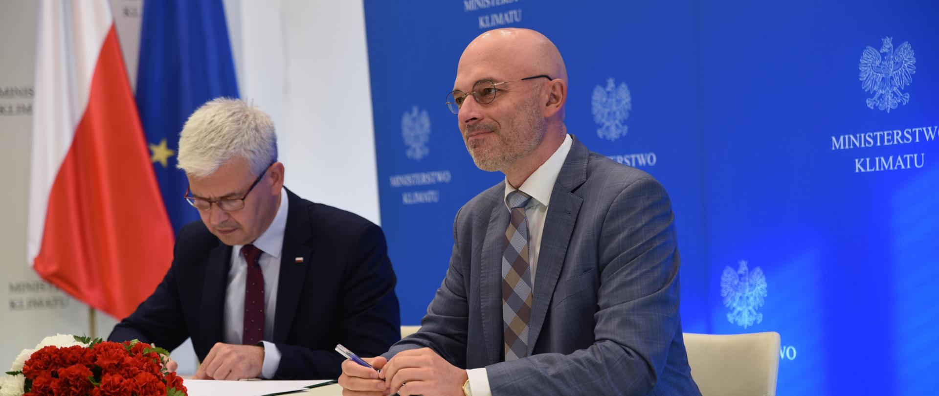 Minister klimatu Michał Kurtyka oraz wiceminister klimatu Ireneusz Zyska podczas podpisania Listu intencyjnego o ustanowieniu partnerstwa na rzecz rozwoju przemysłu fotowoltaicznego