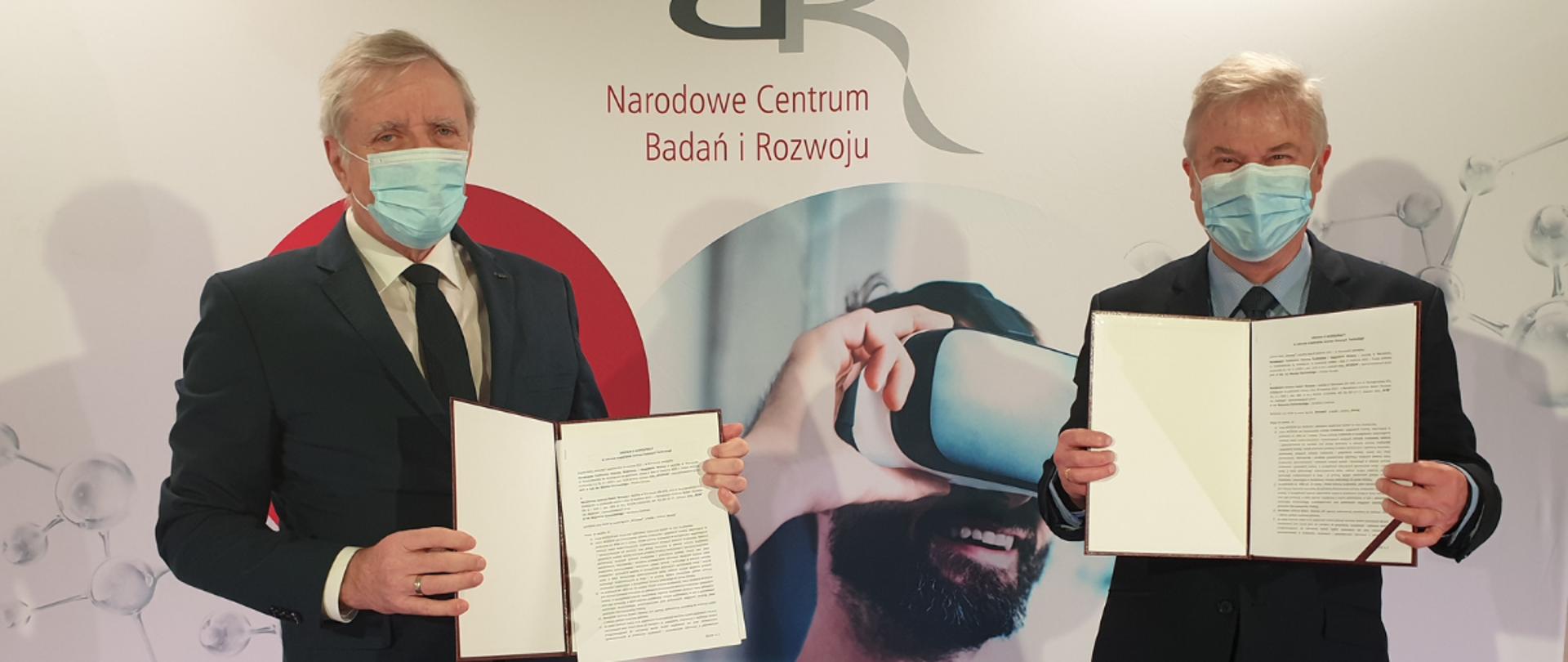 Na zdjęciu od lewej Wojciech Kamieniecki, dyrektor Narodowego Centrum Badań i Rozwoju i Maciej Chorowski, prezes Narodowego Funduszu Ochrony Środowiska i Gospodarki Wodnej prezentują podpisane umowy