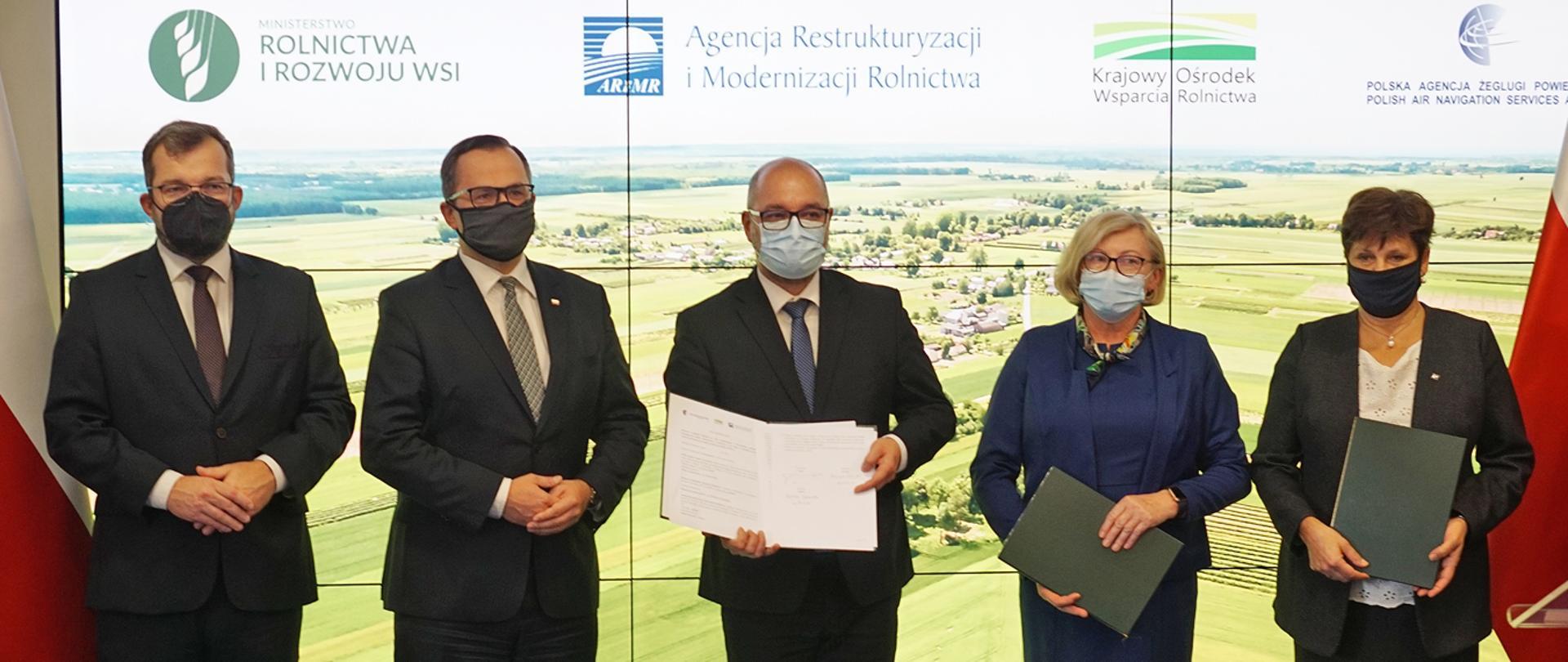 Minister Grzegorz Puda stojący wśród sygnatariuszy listu intencyjnego