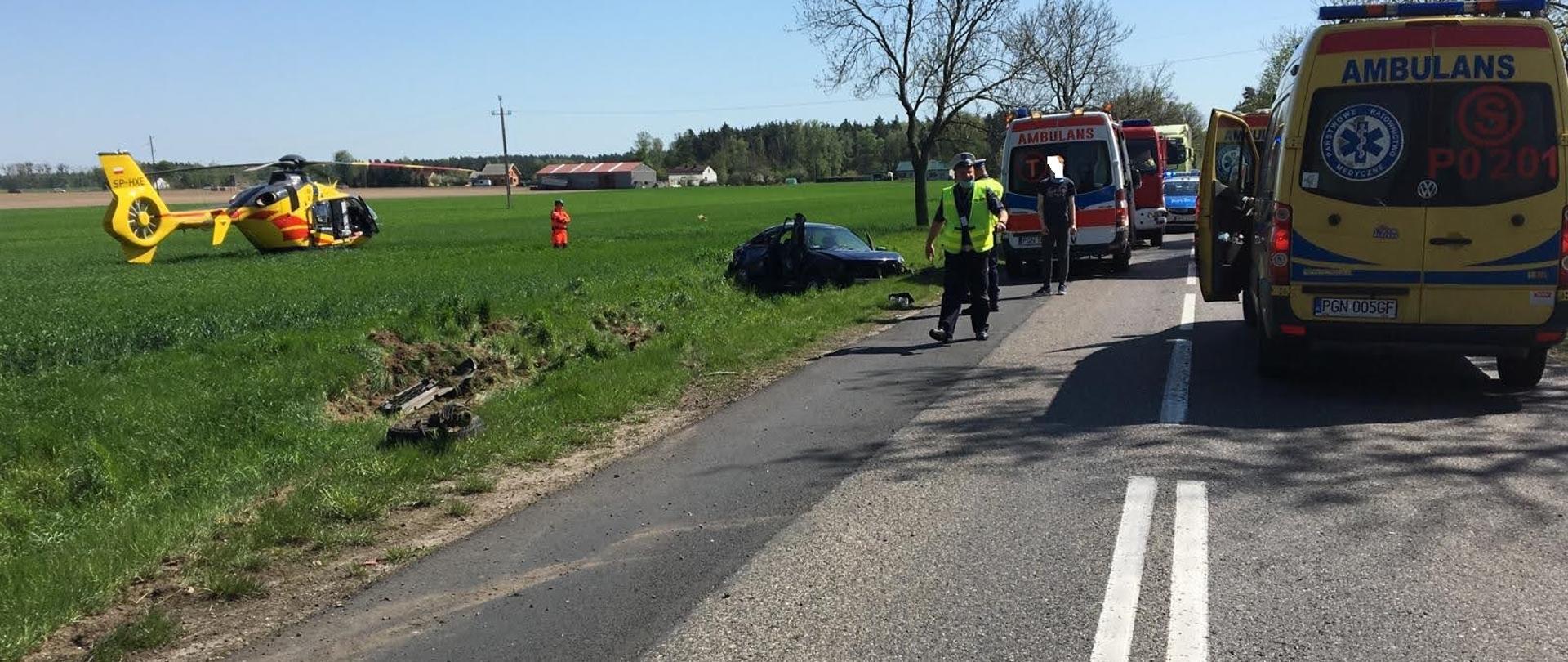 samochód znajduje się w rowie na polu stoi LPR karetki stoją na drodze