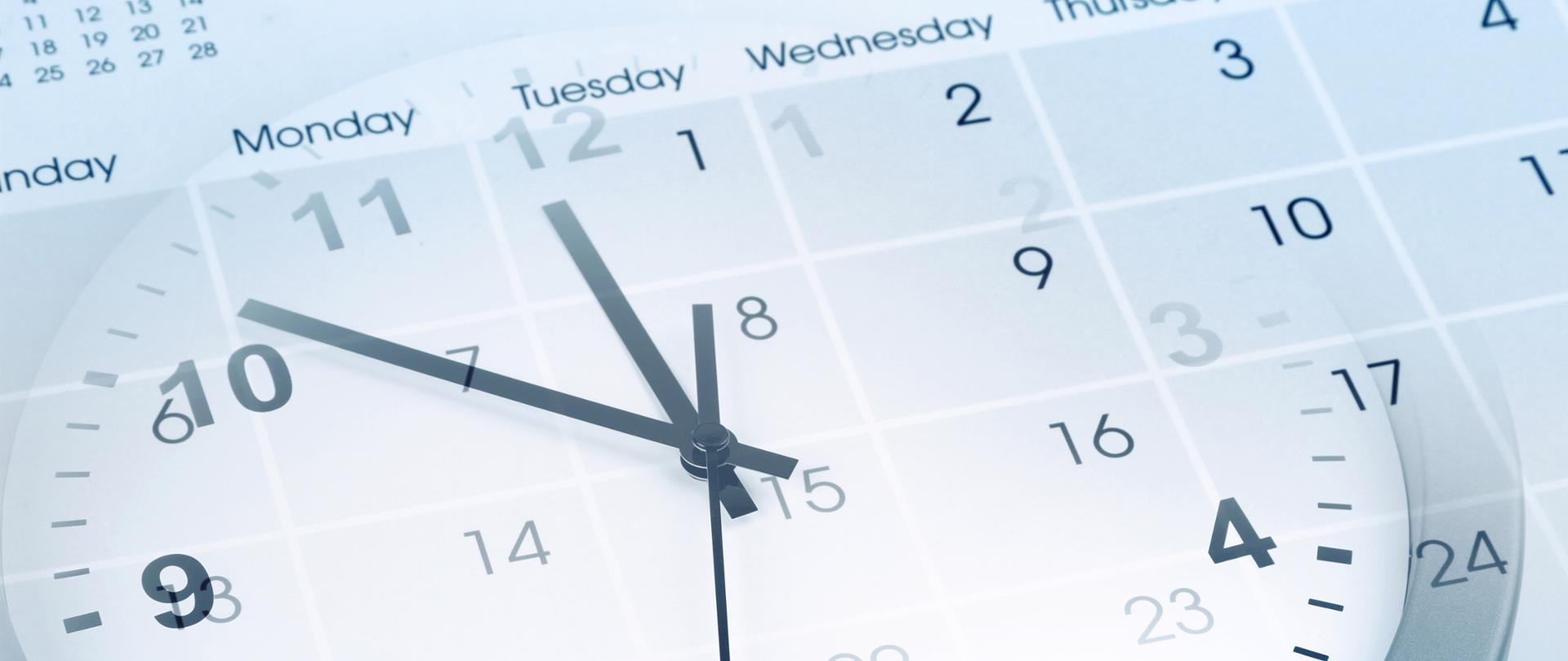 Biały zegar z czarnymi wskazówkami na tle niebiesko białego kalendarza