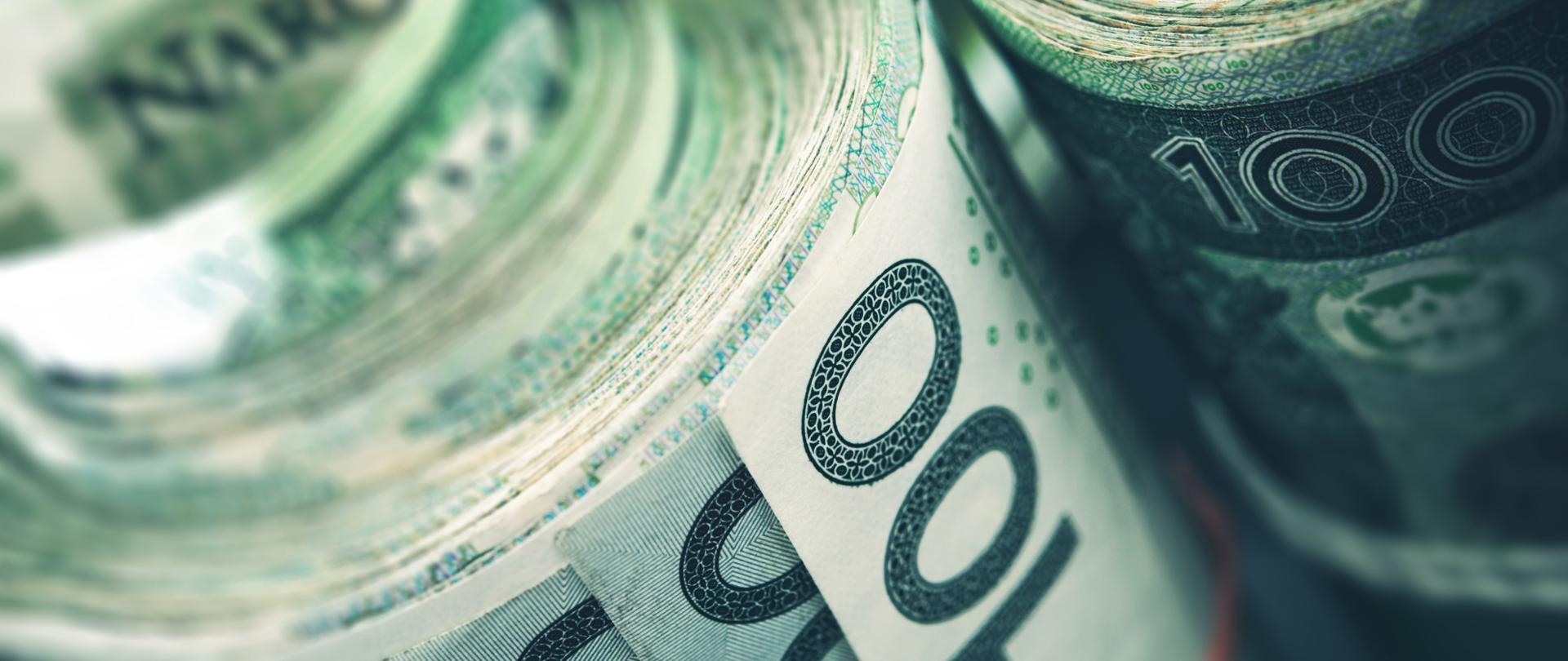 Zrolowane pliki banknotów 100 złotowych