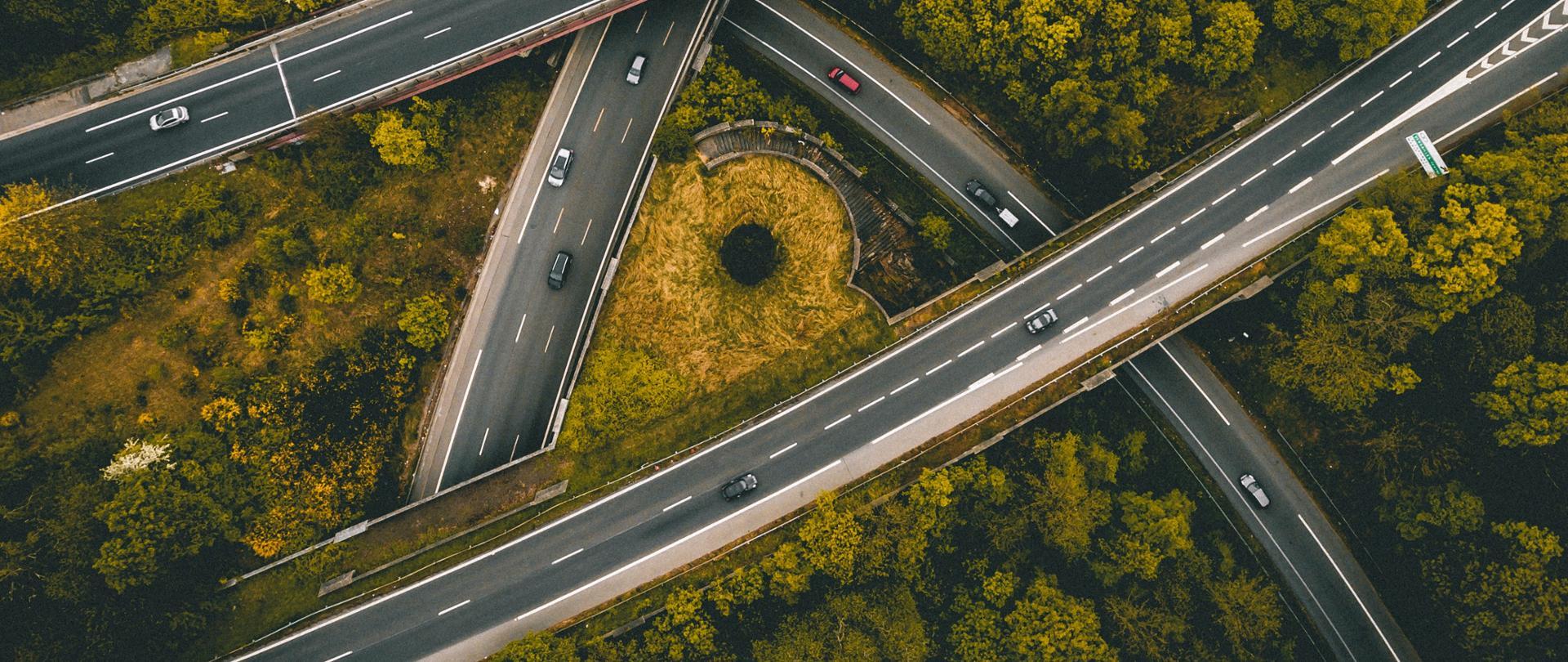 Na zdjęciu widać infrastrukturę drogową z niewielką liczbą samochodów