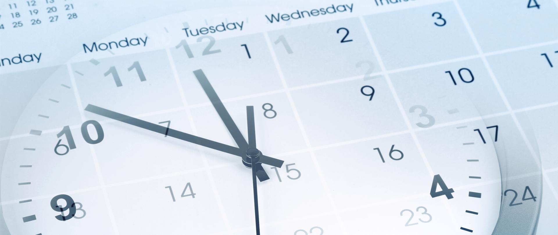 Biały zegar na tle białego kalendarza