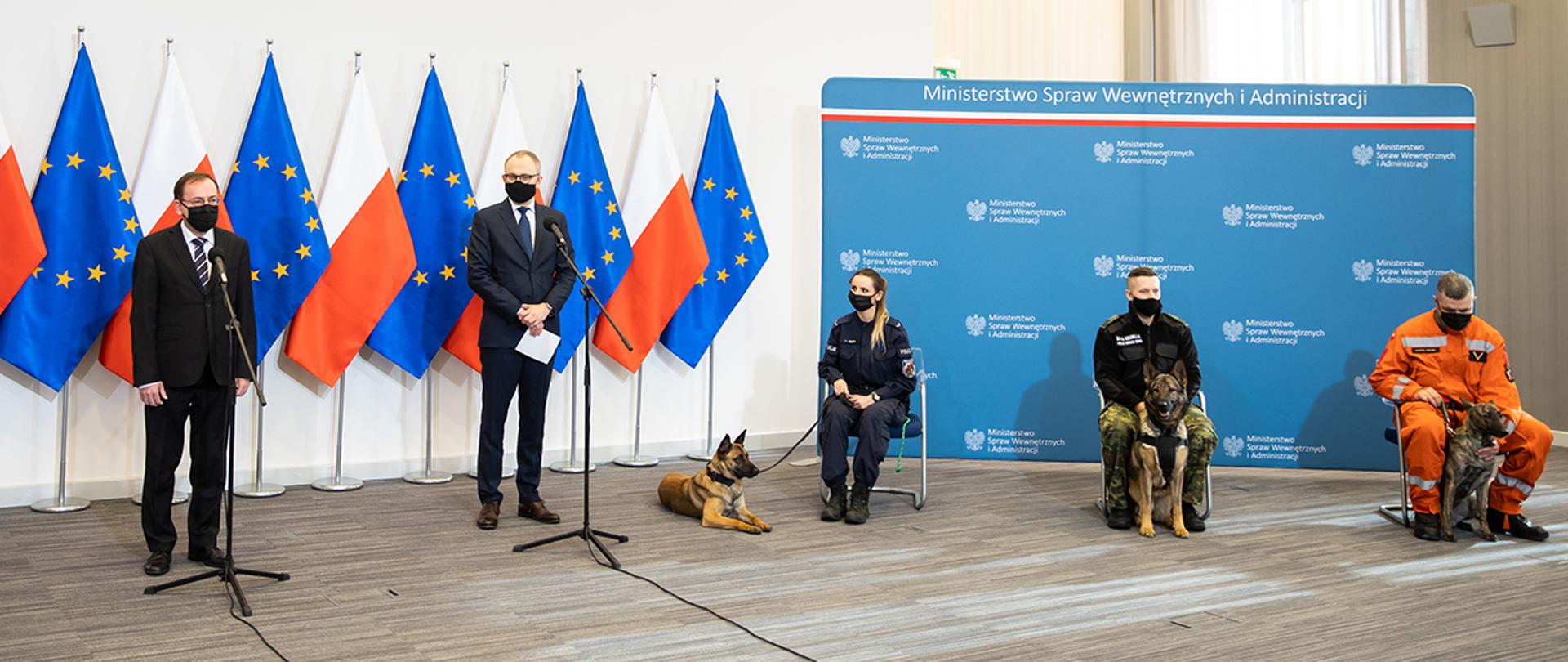 Na zdjęciu: minister Mariusz Kamiński, wiceminister Błażej Poboży oraz opiekunowie psów służbowych z podopiecznymi