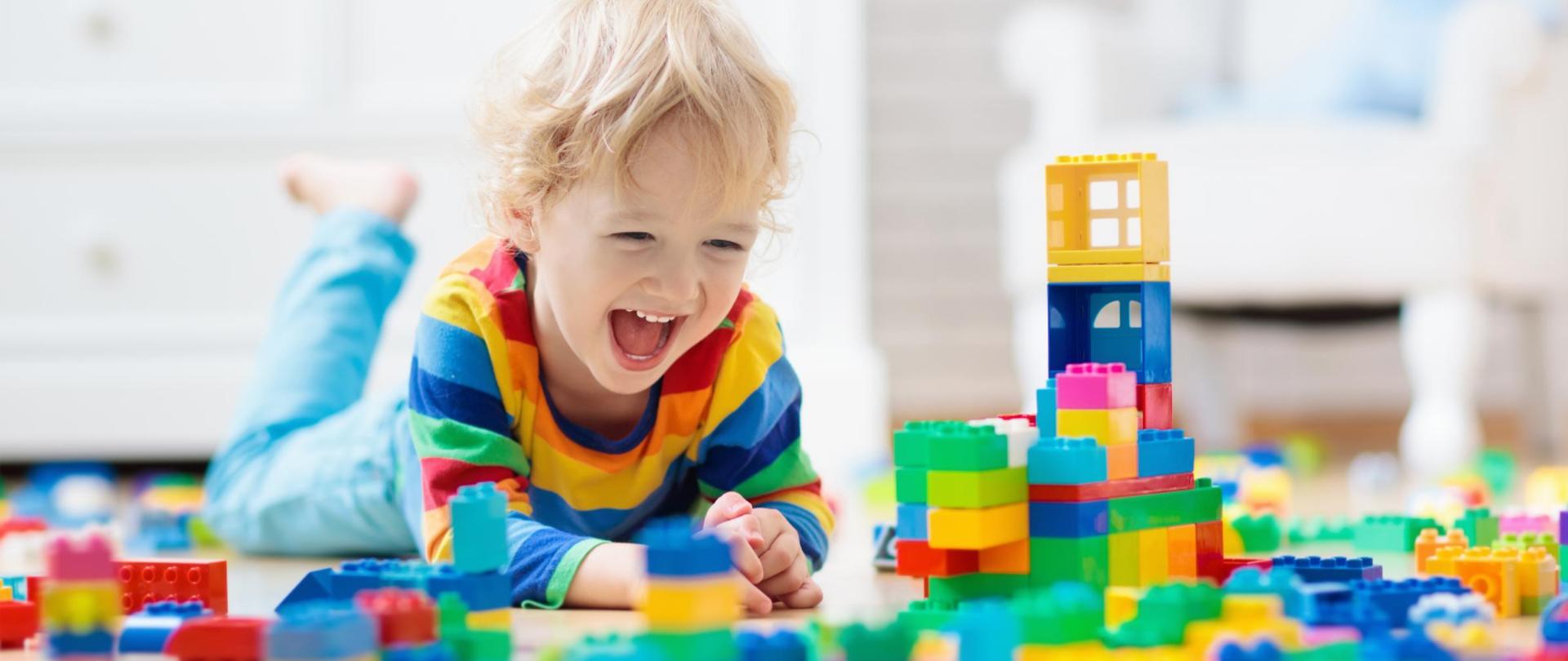 Dziecko bawiące się klockami.